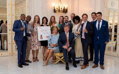 Koningin Maxima reikt Appeltje van Oranje uit